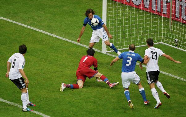 Игровой момент матча сборных Германии и Италии