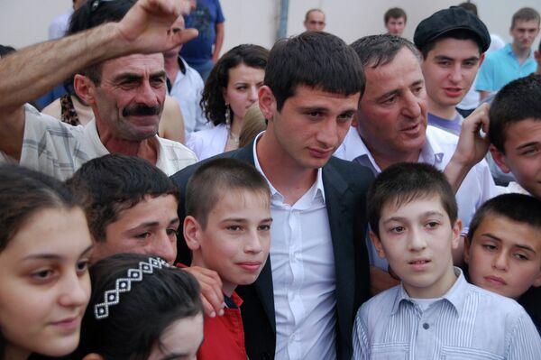 Алан Дзагоев (в центре)
