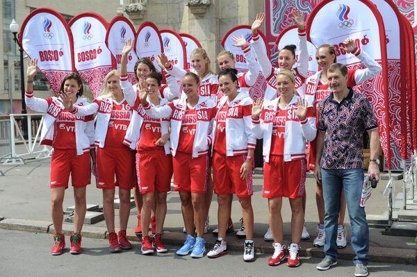 Игроки женской сборной России по баскетболу и Борис Соколовский