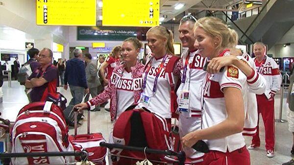 Российских волейболистов встретили в аэропорту Лондона аплодисментами