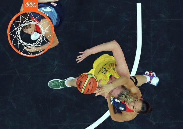 Игровой момент матча Австралия - Великобритания на баскетбольном турнире на ОИ