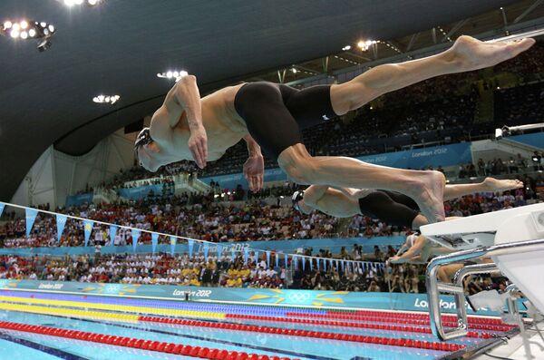 Майкл Фелпс из США стартует на дистанции 200 м комплексным плаванием