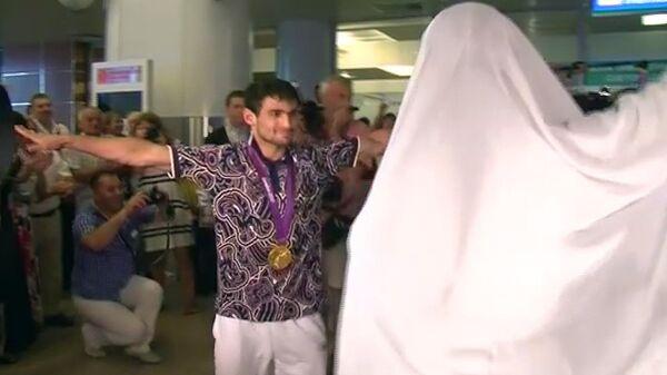 Олимпийские чемпионы по дзюдо танцуют лезгинку в аэропорту Шереметьево