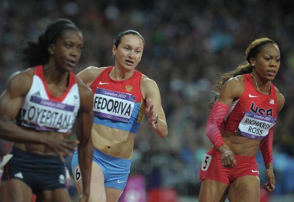 Александра Федорива (в центре)