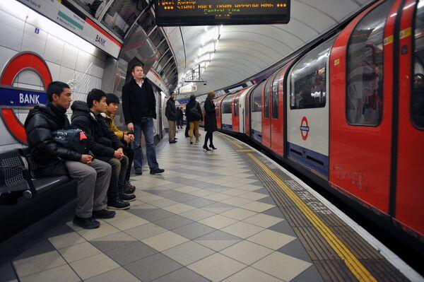 Пассажиры на станции лондонского метро