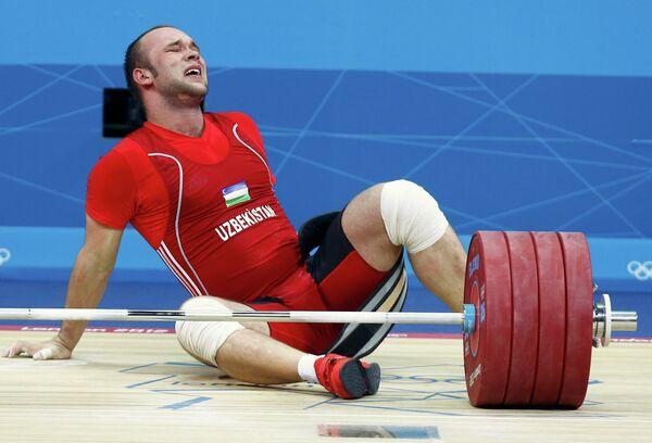 Штангист Руслан Нурутдинов во время соревнований по тяжелой атлетике в категории свыше 105 кг