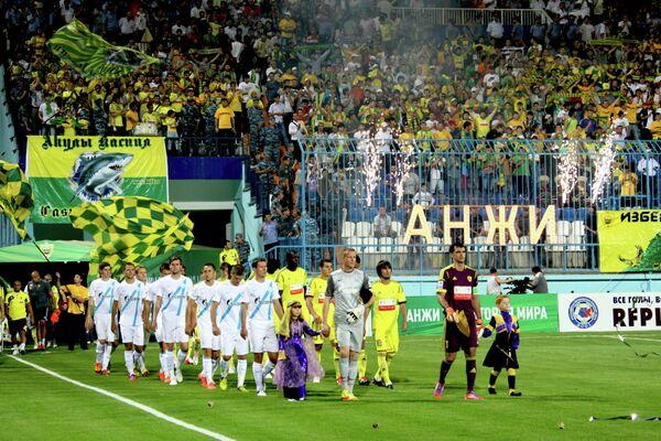 Футболисты Зенита и Анжи (слева направо)