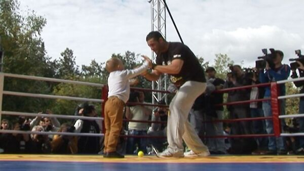 Ребенок отправил в нокаут Мануэля Чарра на тренировке с Кличко