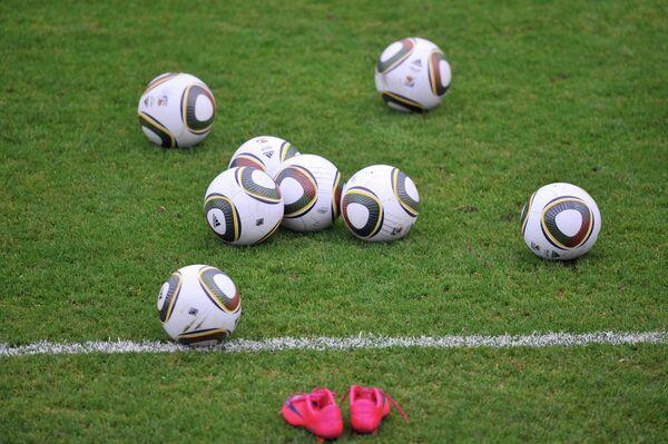 Футбольные мячи на поле
