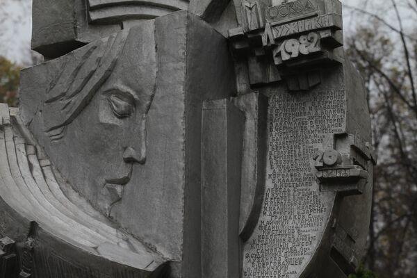 Памятник погибшим футбольным болельщикам в Лужниках