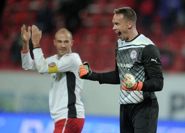 Игроки Амкара Георги Пеев (слева) и Сергей Нарубин