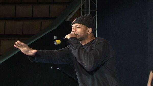 Боксер Рой Джонс прочитал рэп и показал коронные удары на ринге