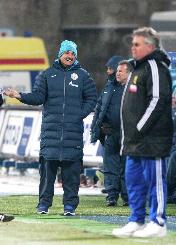 Главный тренер Зенита Лучано Спаллетти (слева на втором плане)