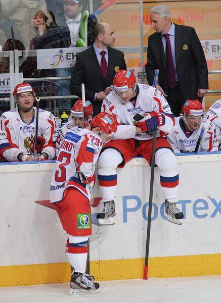 Зинэтула Билялетдинов (на втором плане справа) и хоккеисты сборной России