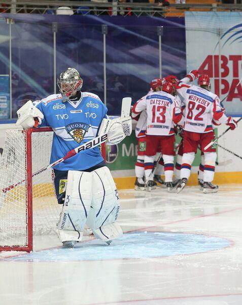 Хоккеисты сборной России (на втором плане справа) и Ари Ахонен (слева)