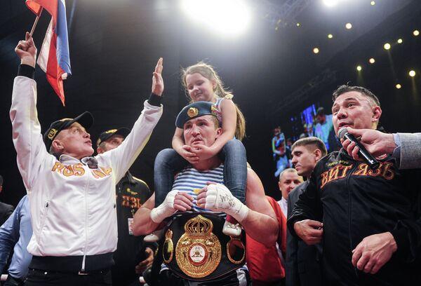 Денис Лебедев (в центре)