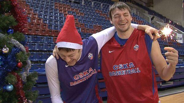 Баскетболисты ЦСКА на Пять минут сменили амплуа и спели про Новый год