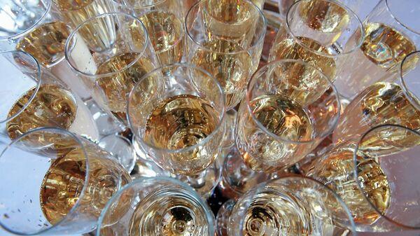 Фужеры, наполненные шампанским