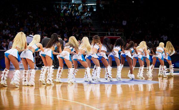 Участницы группы поддержки баскетбольного клуба Анадолу Эфес