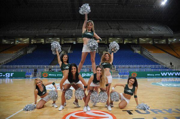 Участницы группы поддержки баскетбольного клуба Панатинаикос