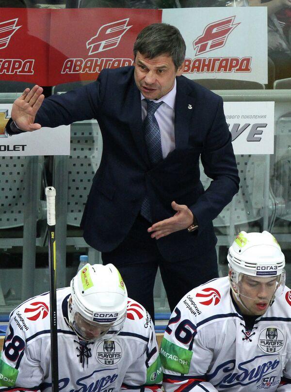 Главный тренер Сибири Дмитрий Квартальнов (в центре)