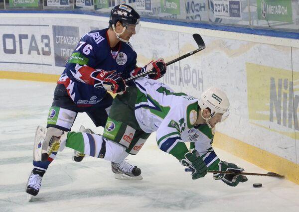 Игроки Металлурга Александр Королюк (слева) и игрок Салавата Юлаева Сергей Зиновьев