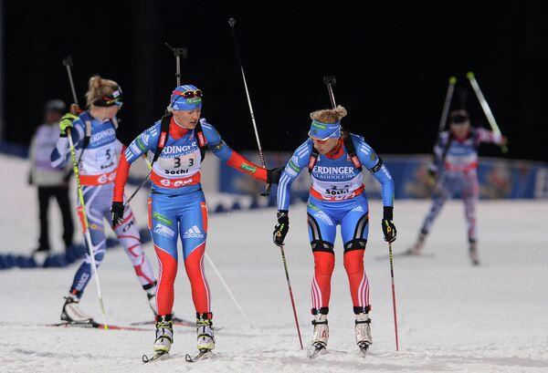 Россиянки Екатерина Юрьева и Ольга Зайцева (в центре слева направо)