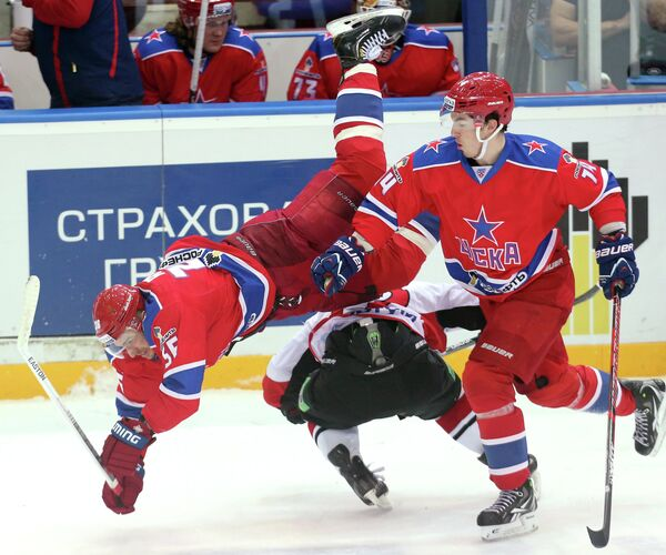 Игроки ЦСКА Сергей Гимаев и Патрик Дэвис (слева направо