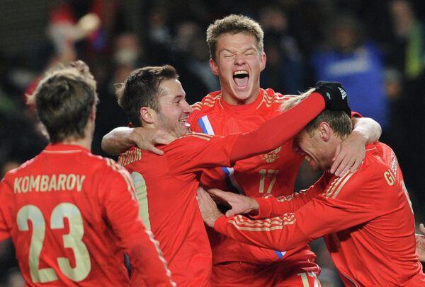 Игроки сборной России Дмитрий Комбаров, Виктор Файзулин, Олег Шатов и Денис Глушаков (слева направо)