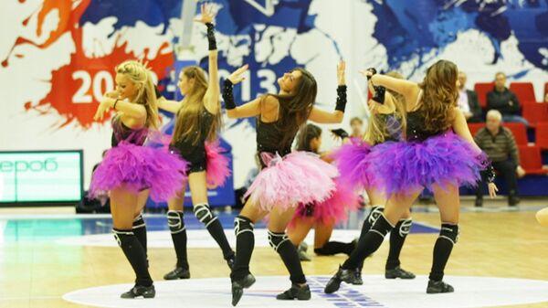 Группа поддержки ПБК ЦСКА: танцы и трюк с кольцом армейских чирлидеров