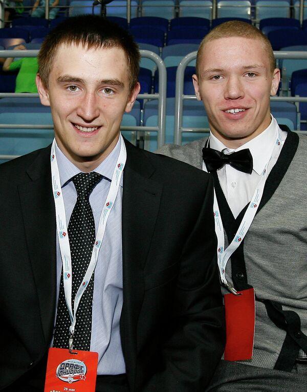 Хоккеисты Слепышев Антон и Якимов Богдан (слева направо)