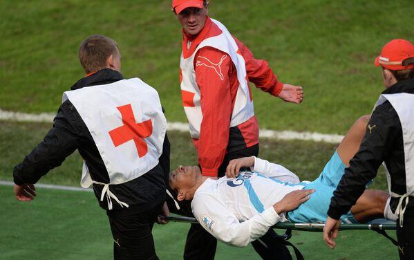 Медики уносят на носилках с поля игрока Зенита Бруну Алвеша, получившего травму в матче Локомотив - Зенит