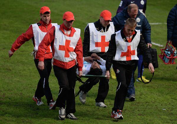 Медики уносят на носилках с поля игрока Зенита Бруну Алвеша