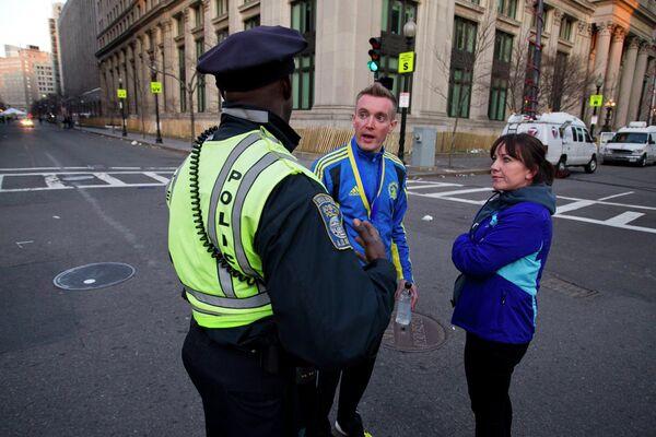 Сотрудник полиции общается с прохожими