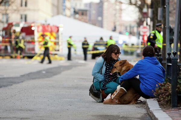 Прохожие после взрывов в Бостоне