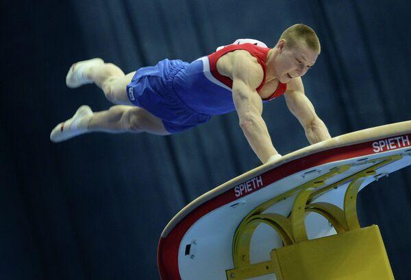 Российский гимнаст Денис Аблязин выполняет опорный прыжок
