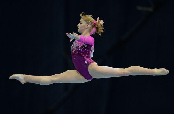 Российская гимнастка Анастасия Гришина выполняет вольные упражнения