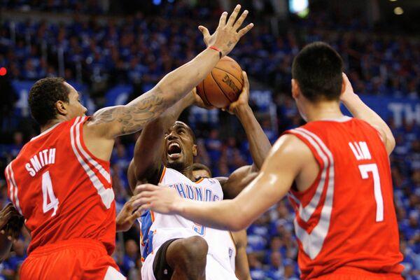 Форвард Оклахомы Серж Ибака в матче против Хьюстона чемпионата НБА