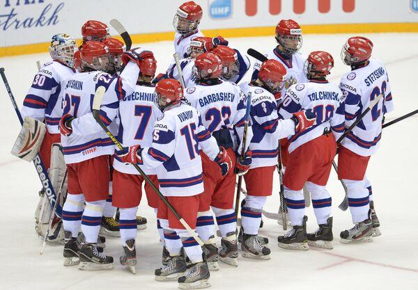 Хоккеисты юниорской сборной России радуются победе в матче против Германии