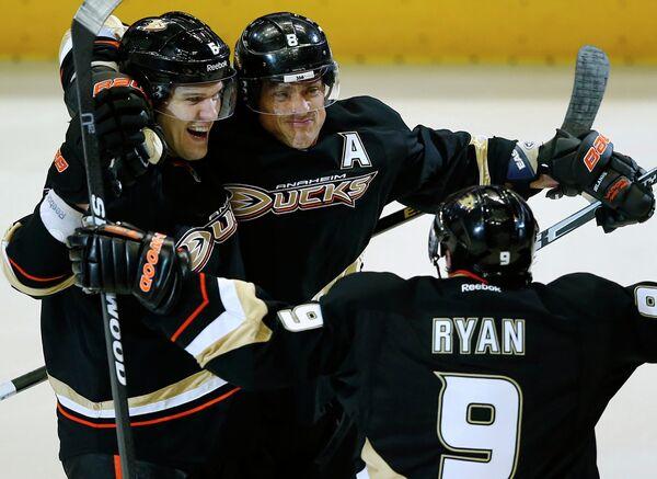 Хоккеисты Анахайма радуются заброшенной шайбе в матче с Детройтом