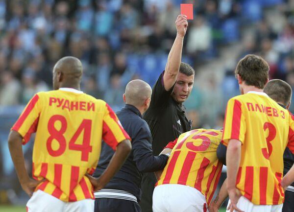 Главный судья Михаил Вилков показывает красную карточку игроку Алании Огнену Враньешу