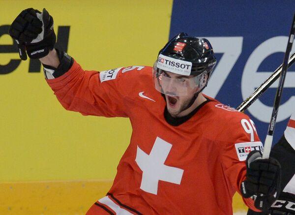 Нападающий сборной Швейцарии Денис Холленштайн радуется заброшенной шайбе