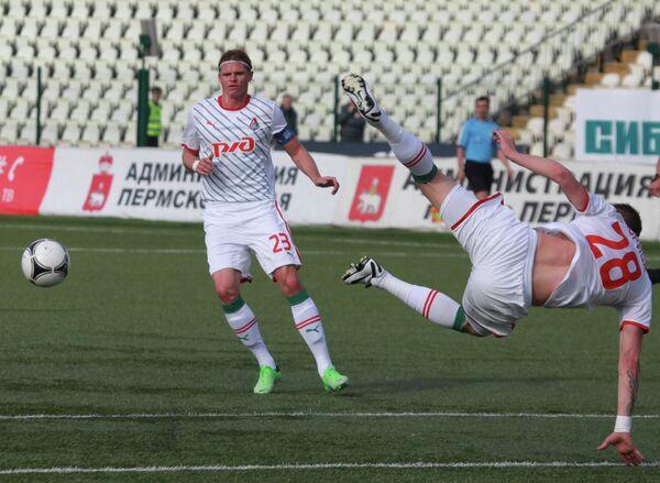 Игроки Локомотива Дмитрий Тарасов (слева) и Ян Дюрица