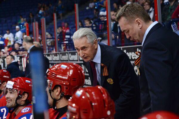 Главный тренер сборной России Зинэтула Билялетдинов (второй справа)
