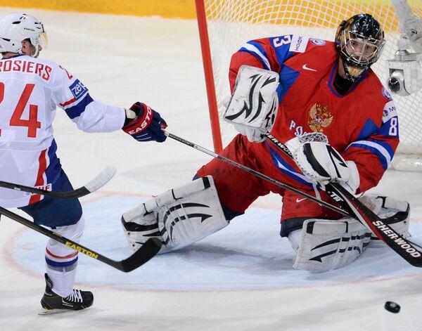 Игрок сборной Франции Жюльен Дерозье (слева) и вратарь сборной России Василий Кошечкин