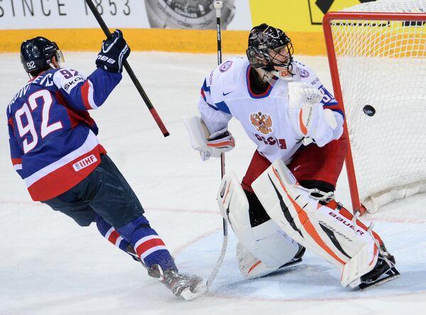 Вратарь сборной России Илья Брызгалов (справа)
