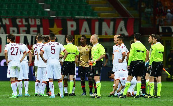Футболисты Милана и Ромы после решения арбитра Джанлуки Рокки остановить встречу