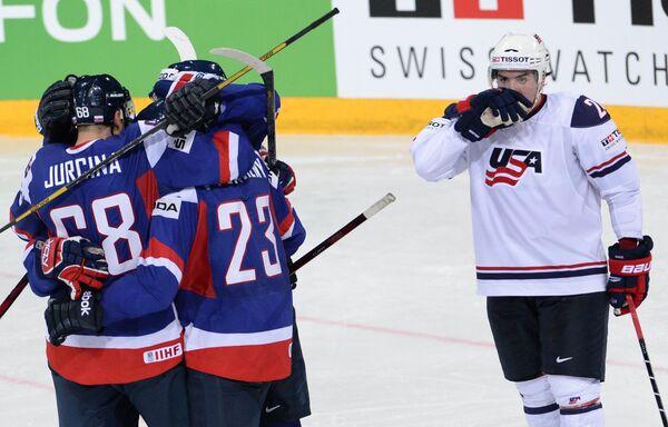 Хоккеисты сборной Словакии (в темной форме) радуются забитой шайбе в ворота сборной США