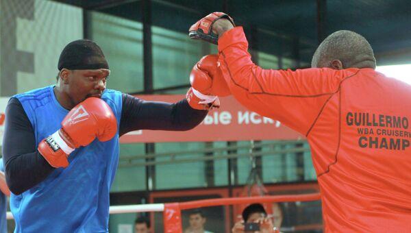 Панамский боксер Гильермо Джонс (слева) во время открытой тренировке по боксу