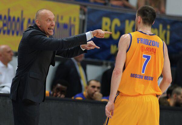 Главный тренер БК Химки Римас Куртинайтис (слева) и защитник Химок Виталий Фридзон